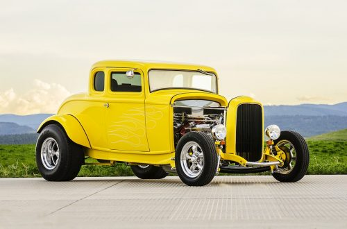 gul klassisk bil